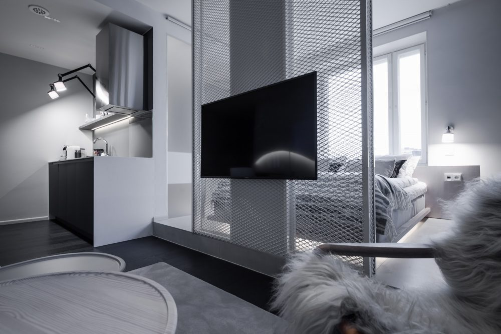 Gaissa-huone on kahdessa tasossa, ja jakaa näin oleskelu- ja makuutilan.