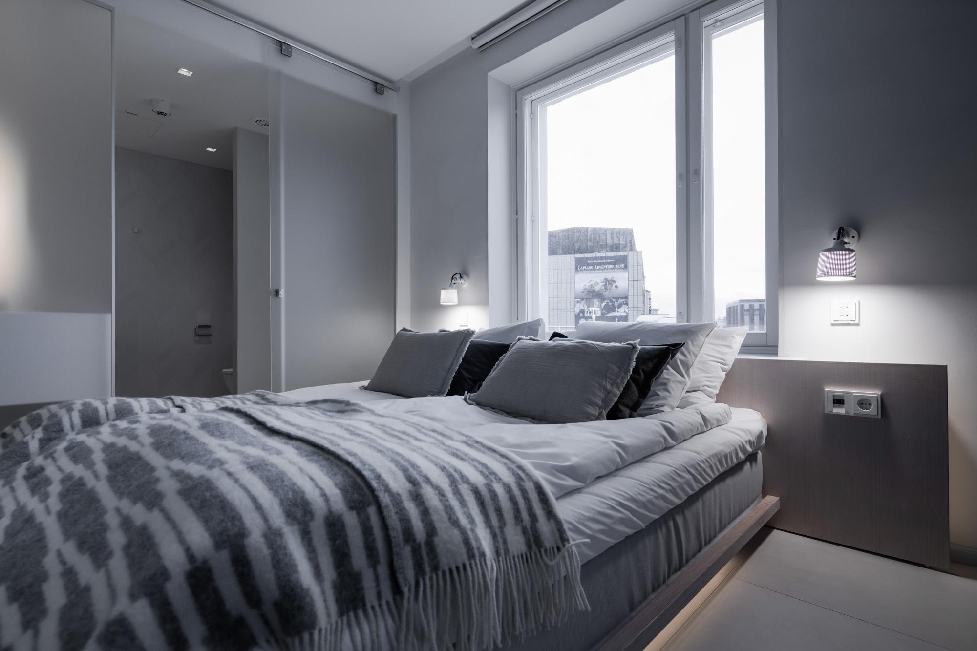 Gaissa-huoneen kahdella seinällä sijaitsevat suuret ikkunat tuovat huoneeseen valoa ja tilan tuntua.