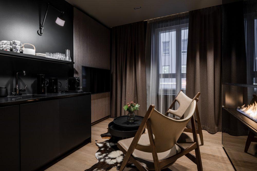 Kota-huoneen runsaat puupinnat ja tekstiilit tekevät huoneen akustiikasta miellyttävän ja tunnelmasta lämpimän.
