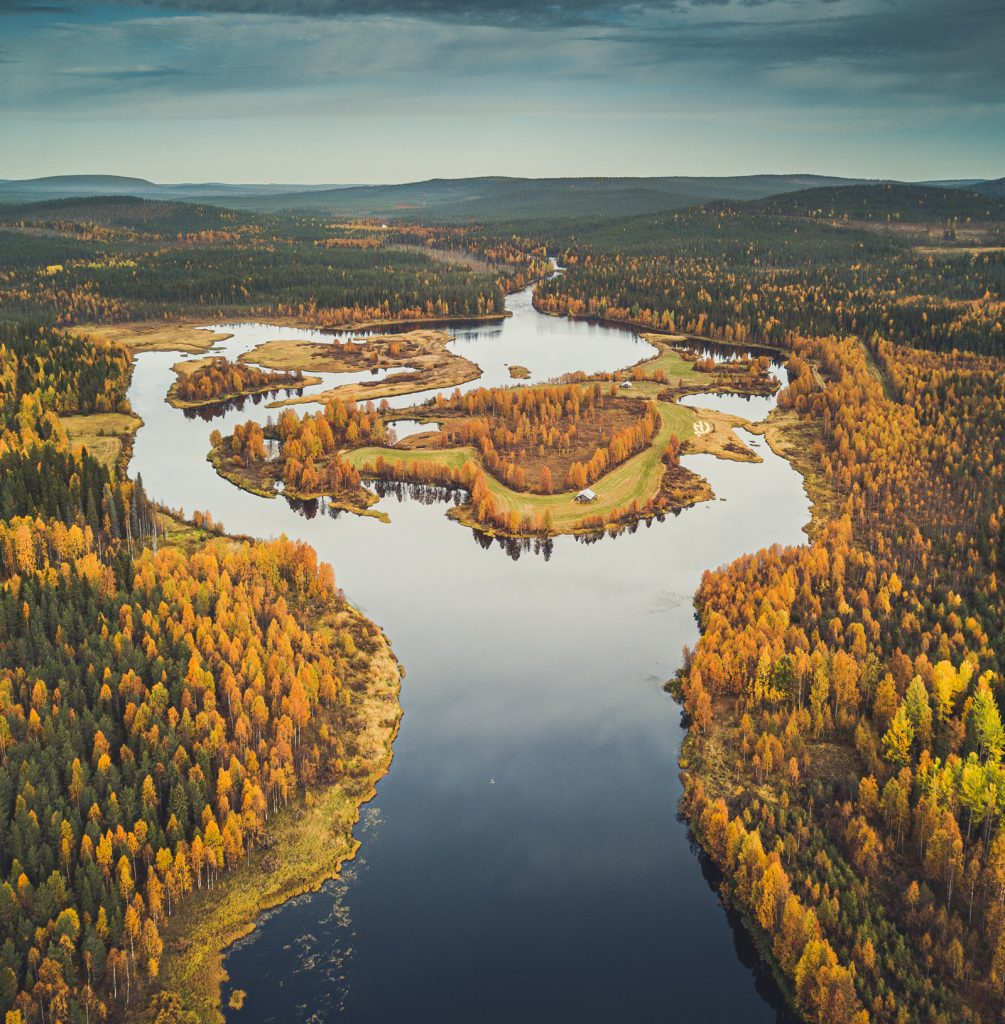 A river landscape in autumn colours in Rovaniemi. The Ruska room is inspired by the colours of the autumn in Lapland.