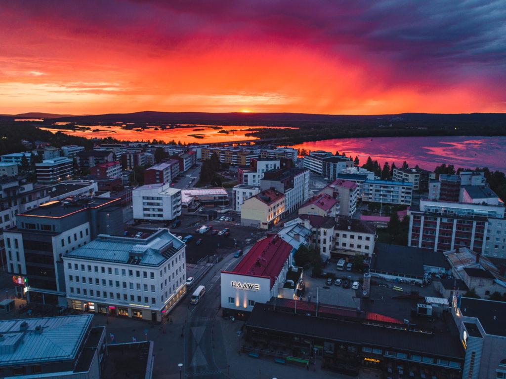 Kaunis kaupunkikuva Rovaniemen yltä dronella otettuna.
